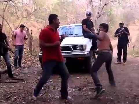 Sicarios mexicanos se divierten con dos sujetos antes de matarlos