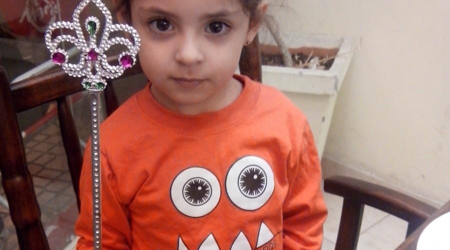 Una pequeña de dos años explica a su padre sobre las tormentas y fantasmas