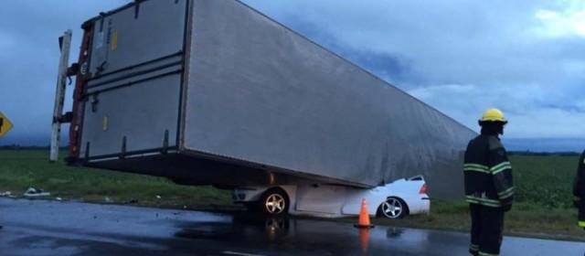 Impactante: Un automovilista perdió la vida al ser aplastado por el acoplado de un camión