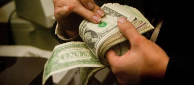 El dólar bajó 26 centavos y se vendió debajo de los 15 pesos