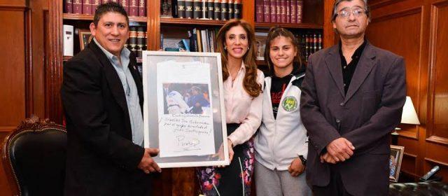 La judoca Noelia Ponce entregó un presente de «Peque» Pareto a la Gobernadora