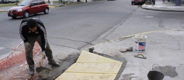 Construyen rampas para discapacitados en el centro de la ciudad