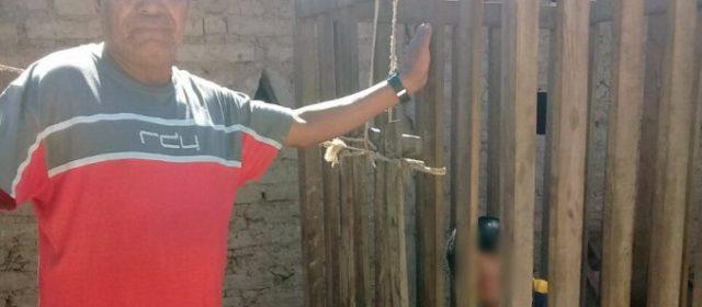 Encerraron a su hijo en una jaula hace 4 años por miedo a que se escape