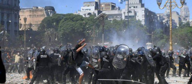 Reforma previsional: la violencia en la plaza Congreso y la 9 de Julio dejó decenas de heridos y detenidos
