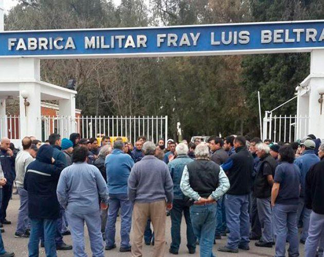 Trabajador se quiebra al anunciar despidos en Fabricaciones Militares