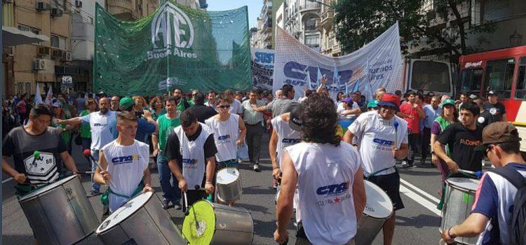 Miles de estatales y piqueteros se movilizaron a Plaza de Mayo contra las reformas