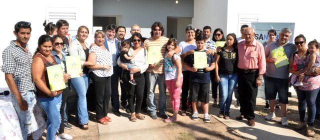 El Gobierno de la Provincia entregó 70 viviendas en Añatuya