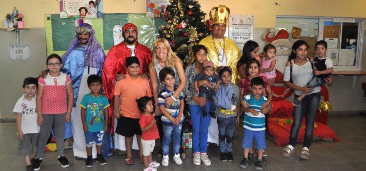 Los Reyes Magos repartieron alegría y juguetes  a niños santiagueños en los centros de salud