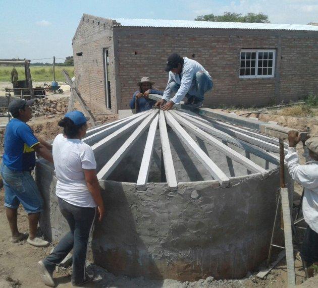 Continúa la construcción de módulos de acopio de agua de lluvia a familias productoras