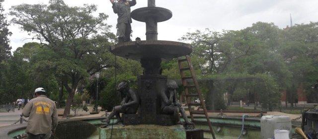 Se realiza la limpieza y mantenimiento anual de la fuente de Plaza Libertad