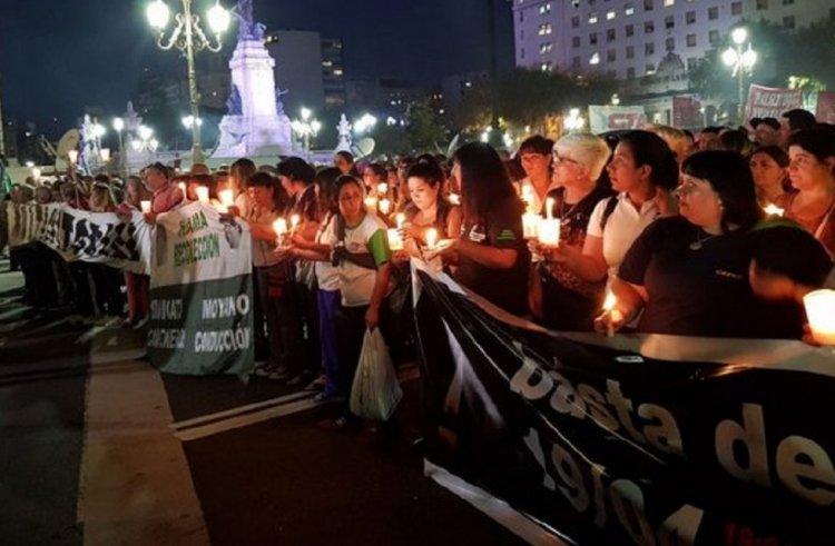 Después del ruidazo, miles marcharon con velas al Obelisco contra el feroz tarifazo