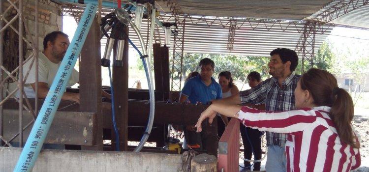 Técnico  locales capacitaron a sus pares, docentes y alumnos en manejo de ordeñadoras
