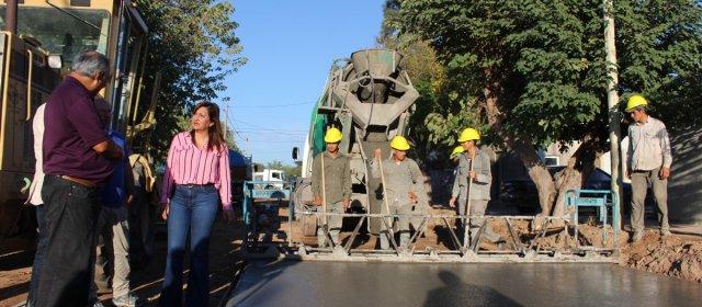 : La intendente Fuentes supervisó obras de pavimentación en el barrio Borges