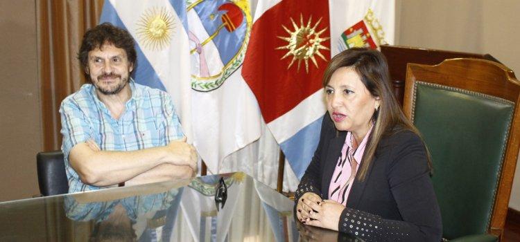 El escritor Felipe Pigna visitó la sede municipal