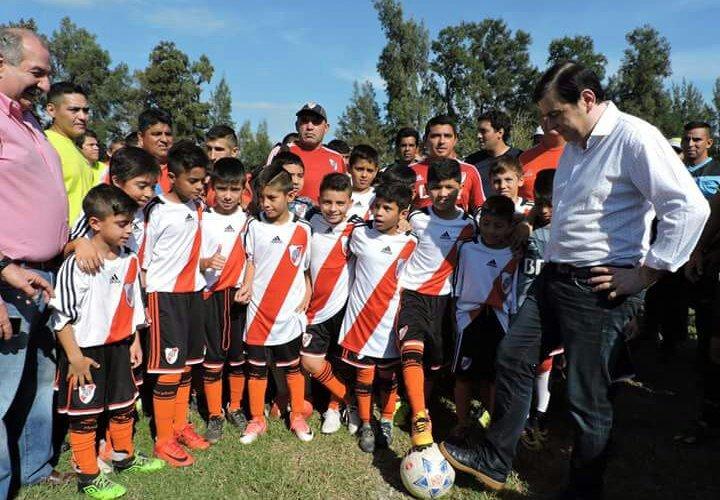 """El gobernador participó el inicio del torneo  """"Copa Santiago"""" con equipos de todo el país"""
