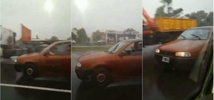 Se le rompió el parabrisas pero su ingenio pudo más y le hizo frente a la lluvia