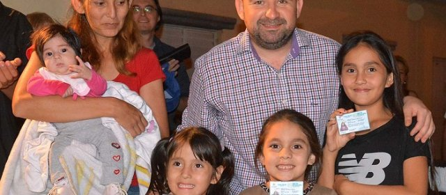 El Intendente bandeño hizo entrega de carnés del boleto estudiantil gratuito a una familia