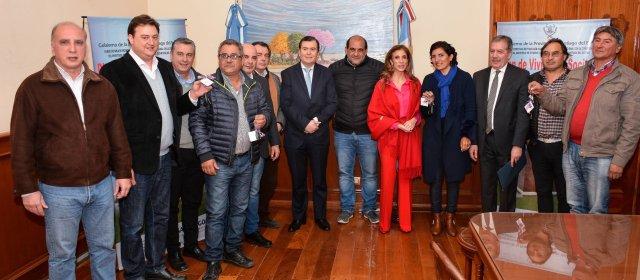El gobernador Zamora entregó camionetas