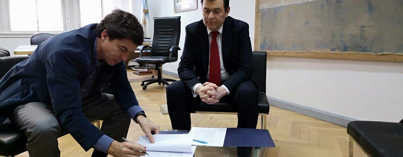 Firma del contrato de inicio de obra de la  cloaca máxima de Santiago del Estero