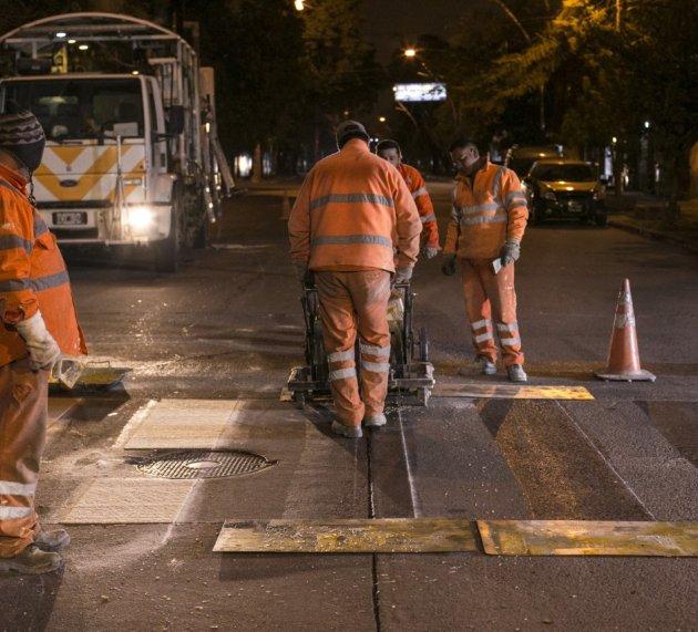 El municipio continúa con la demarcación de sendas peatonales en la zona céntrica