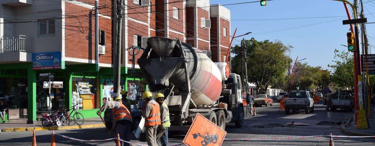 La municipalidad continúa con el bacheo en la avenida Rivadavia