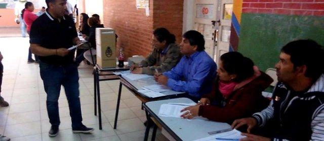 El candidato a concejal Carlos Basualdo, emitió su voto