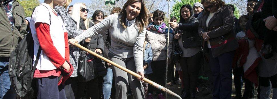 La intendente Fuentes plantó árboles en el barrio Sargento Cabral