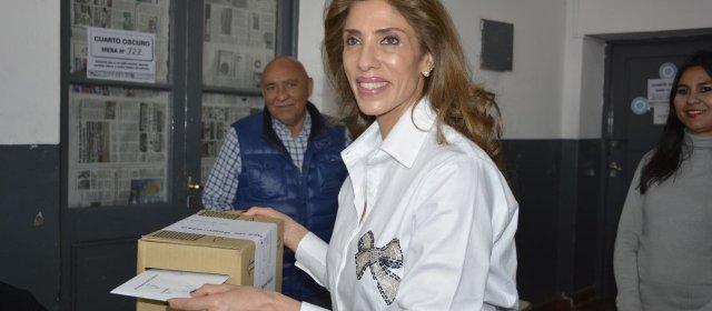 La Dra. Claudia de Zamora emitió su  voto en la Escuela Borges de La Banda