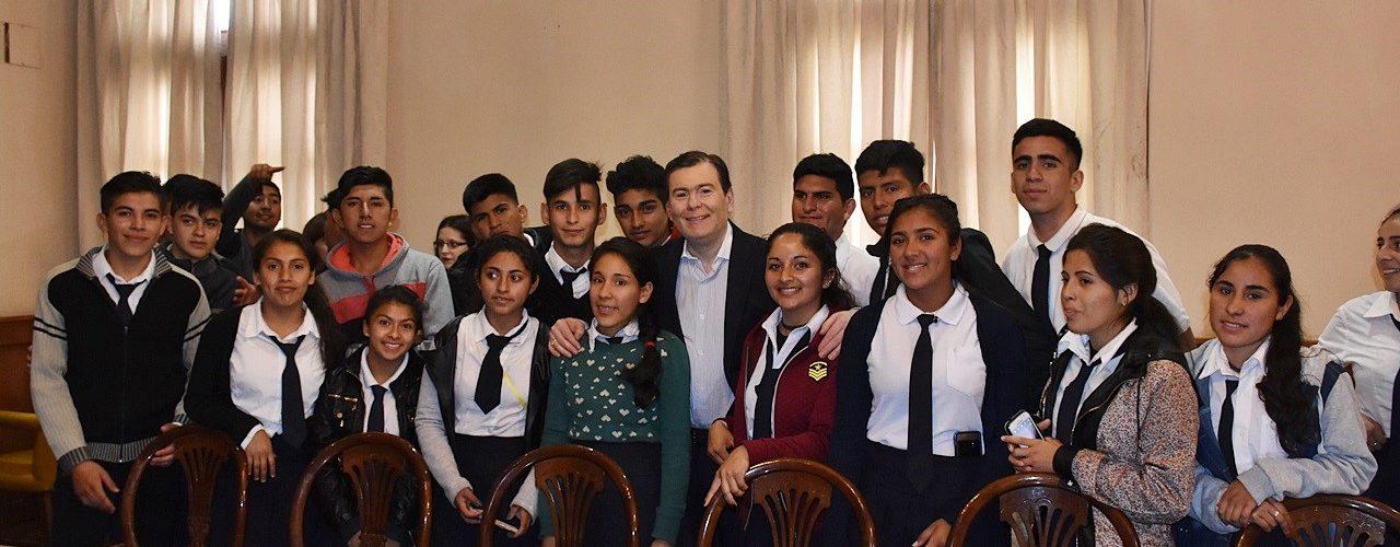 Alumnos de Agrupamientos de Villa  Unión y Mailín visitaron al Gobernador