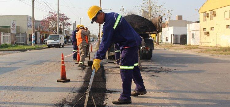 El Municipio continúa con el bacheo de calles de distintos barrios