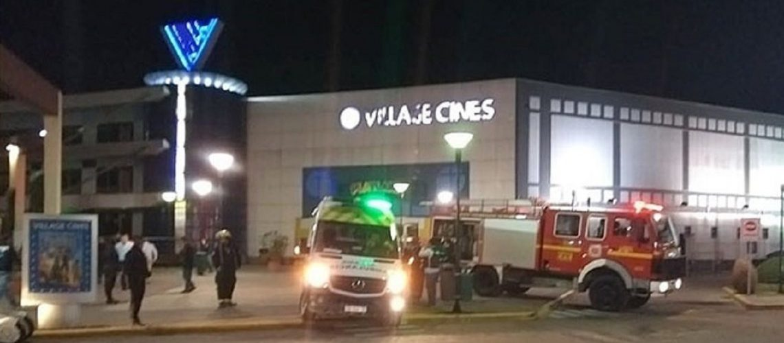 Pánico y evacuación en un cine de Pilar por un dispositivo encontrado en un baño