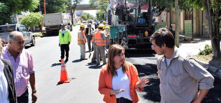 La intendente Fuentes supervisó el reencarpetado de calle Libertad