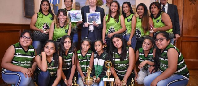 El equipo de Xport Hockey Fernández que ganó  dos títulos a nivel nacional visitó al Gobernador