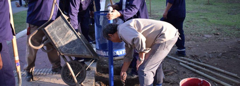 El municipio coloca más cestos para residuos en espacios públicos