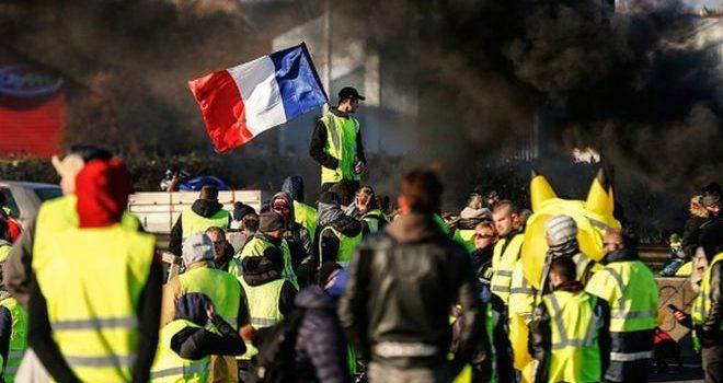 Los chalecos amarillos ya afectan a empresas francesas y preocupan a Europa