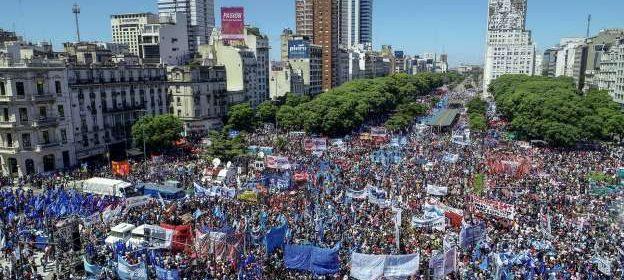 Organizaciones sociales y sindicales se manifiestan en la 9 de Julio