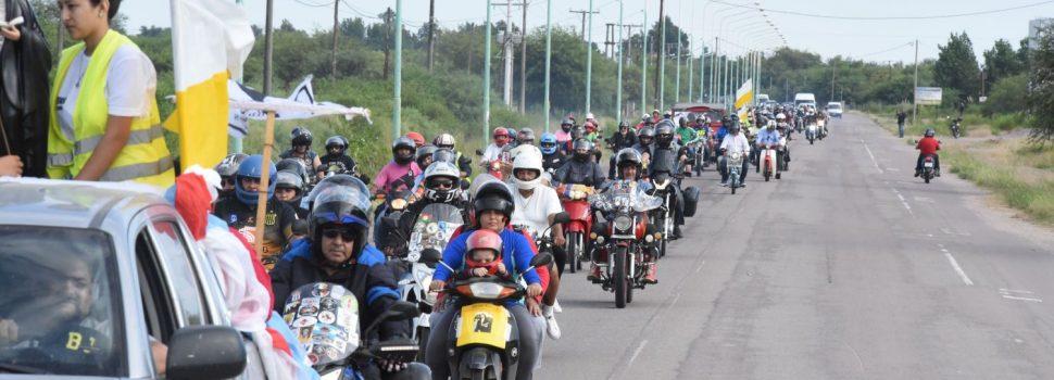 El gobernador participó de la peregrinación  de autos y motos antiguos a Mama Antula