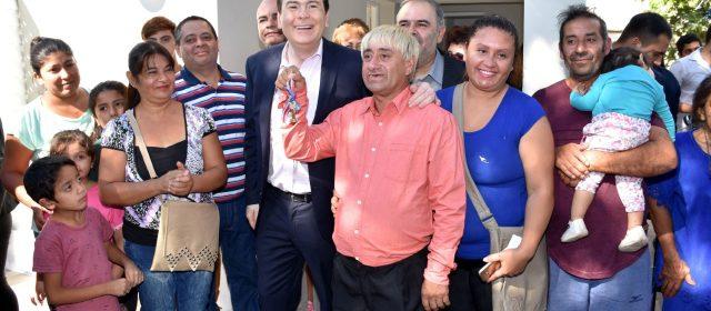 Gobernador habilitó viviendas en Capital y Banda