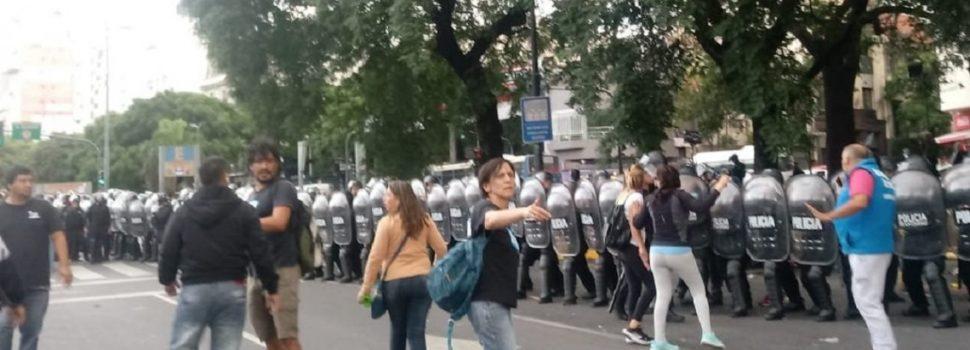 Gases y balas de goma: tensión en una protesta frente a Desarrollo Social