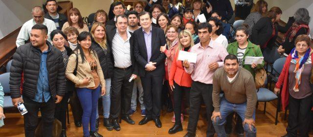 Gobernador entregó micro emprendimientos  a beneficiarios de Capital, Banda y el interior