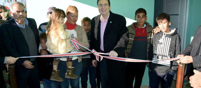 Gobernador entregó viviendas  a familias de Capital y La Banda