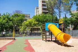 Avanza en proyecto que prohibirá fumar cerca de patios de juegos en plazas