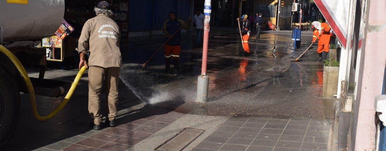 Continúa la limpieza periódica de las peatonales con el lavado a presión