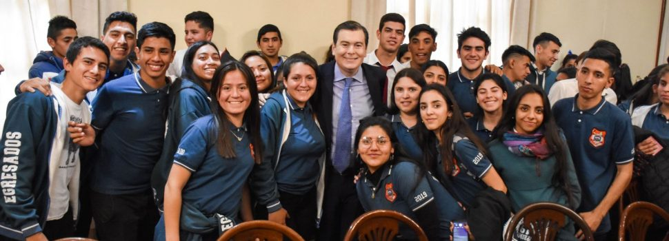 Alumnos de Quimilí y Villa Nueva con el Gobernador