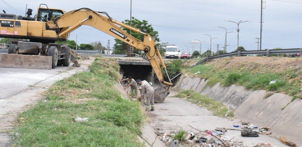 Avanzan las tareas de limpieza en desagües del sudoeste de la ciudad