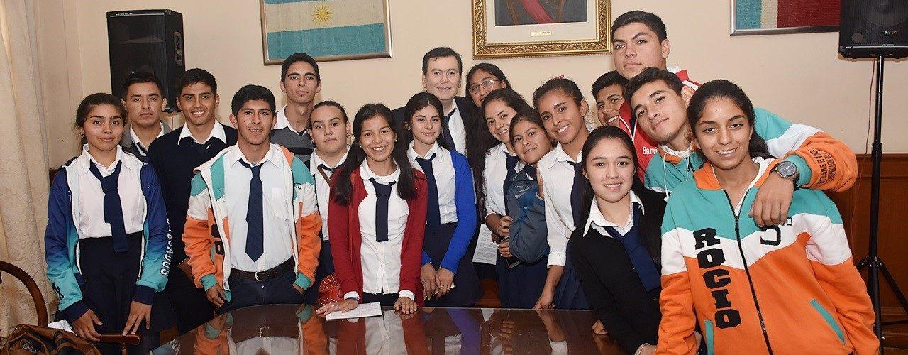 Alumnos del departamento Robles  fueron recibidos por el Gobernador