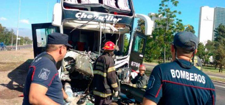 Mendoza: un micro chocó contra un guardarraíl, derribó varios postes y se cruzó de carril