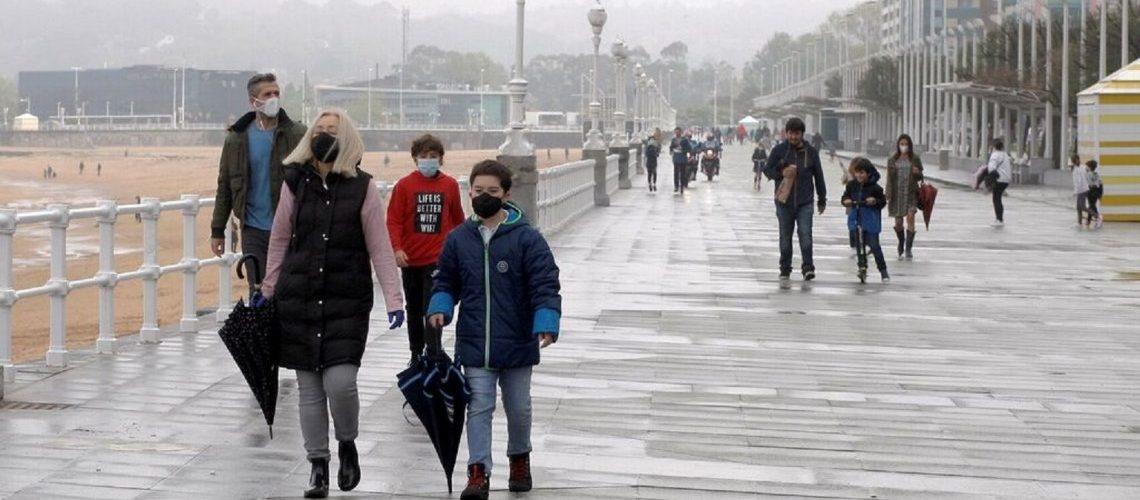 Desde que los chicos volvieron a la calle en España, aumentó 30% los casos de Covid-19 en niños