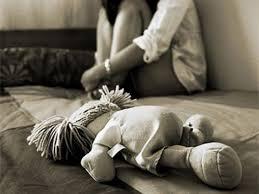 Obligó a su mujer a dejarlo solo con la hija de ambos para abusar de la nena