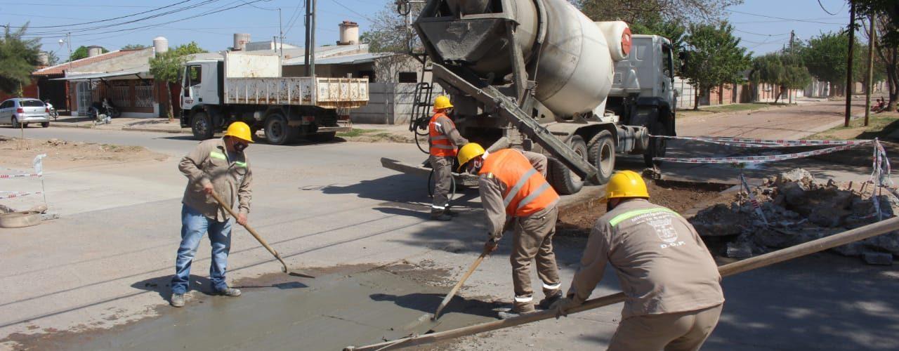 La Capital concreta importante trabajo de bacheo en el barrio El Vinalar